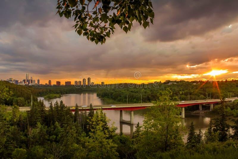 Solskenhimmel över floden arkivbilder