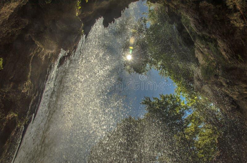 Solskenhovatten - vattenfall i Edessa arkivfoton