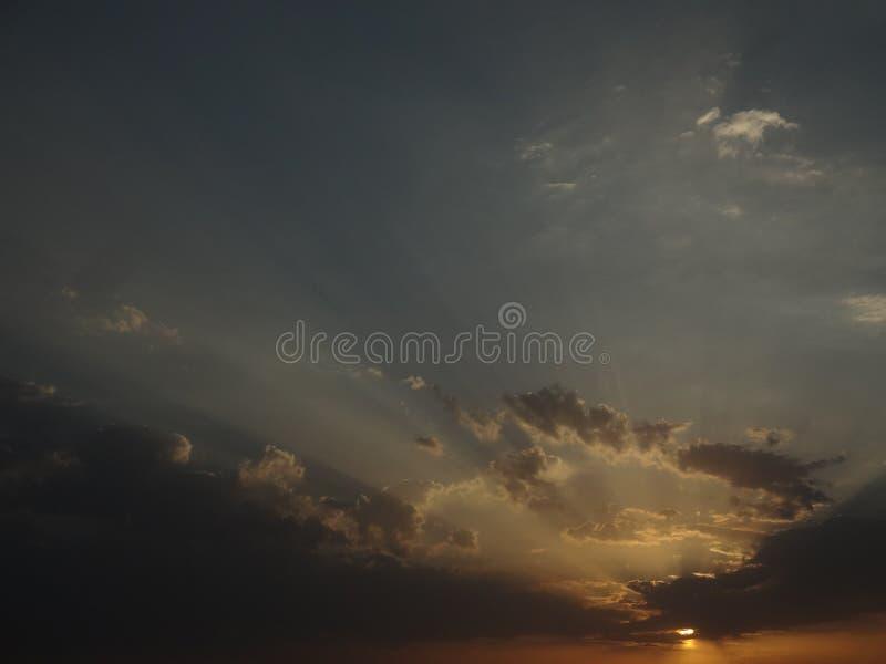 Solsolenoid fördunklar solnedgånghimmel fotografering för bildbyråer