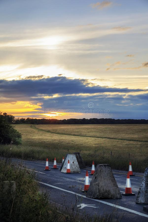 Solstício do por do sol e de verão no campo de Stonehenge foto de stock