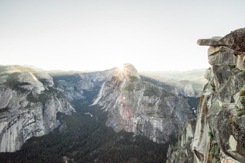 Solstjärna över den halva kupolen Yosemite arkivbilder