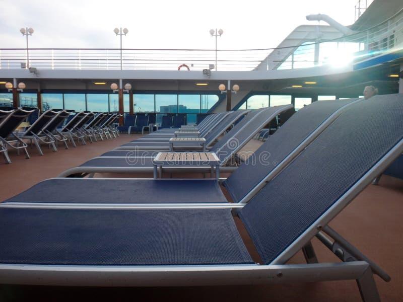 Solstolar för kryssningskepp som är klara för att passagerare ska koppla av royaltyfri fotografi