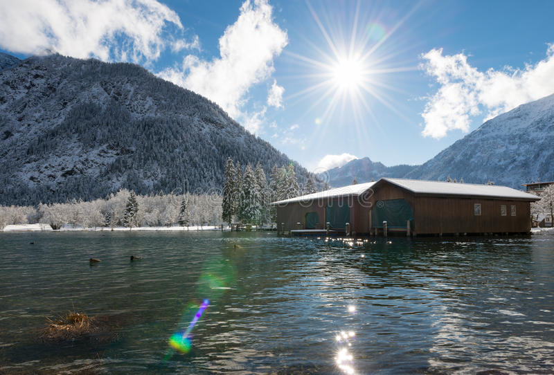 Solstrålar över den österrikiska sjön royaltyfria foton
