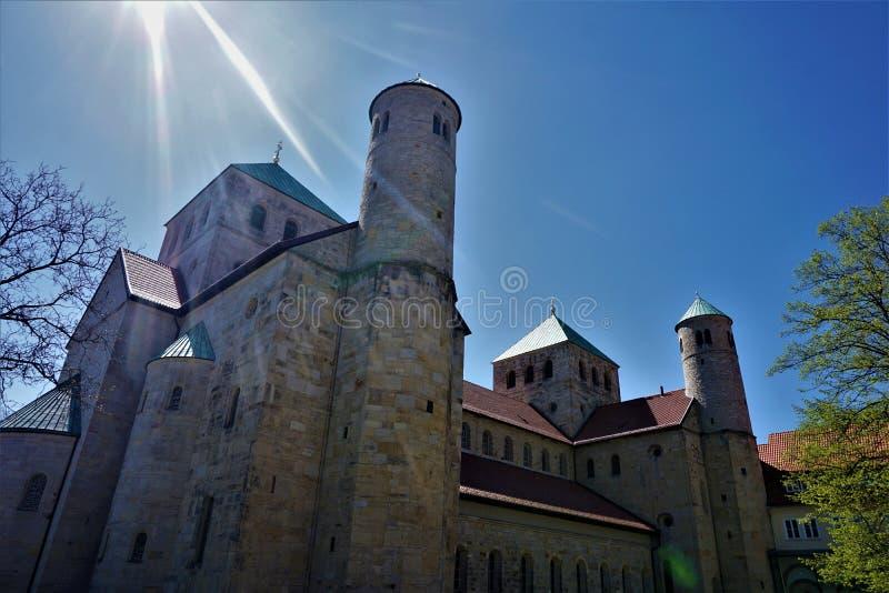 Solstrålar över Sts Michael kyrka i Hildesheim royaltyfri foto