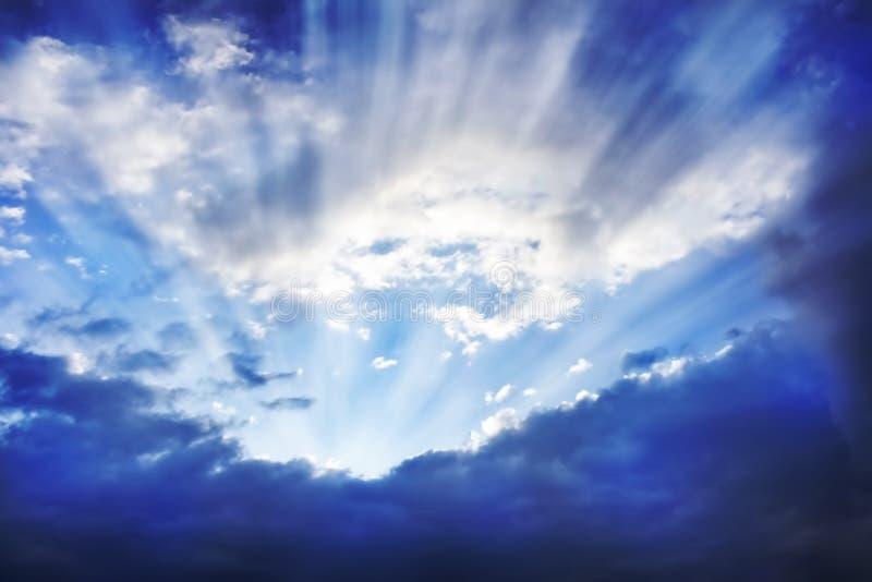 Solstrålar bak Clouds.Bright-himlen royaltyfri fotografi