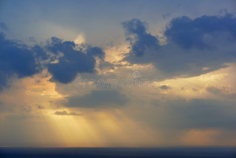 Solstrålar, moln och Lake Michigan royaltyfri fotografi