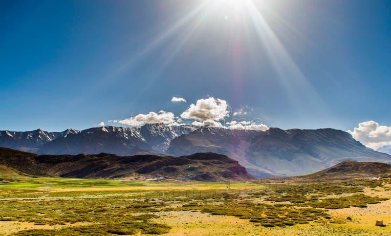 Solstrålar på berget royaltyfri fotografi