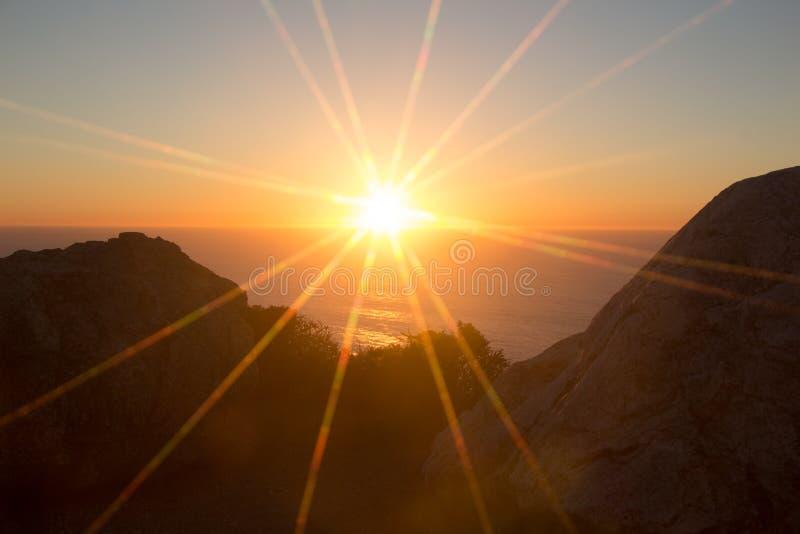 Solstrålar på solnedgången på den stora ön, Hawaii arkivfoto