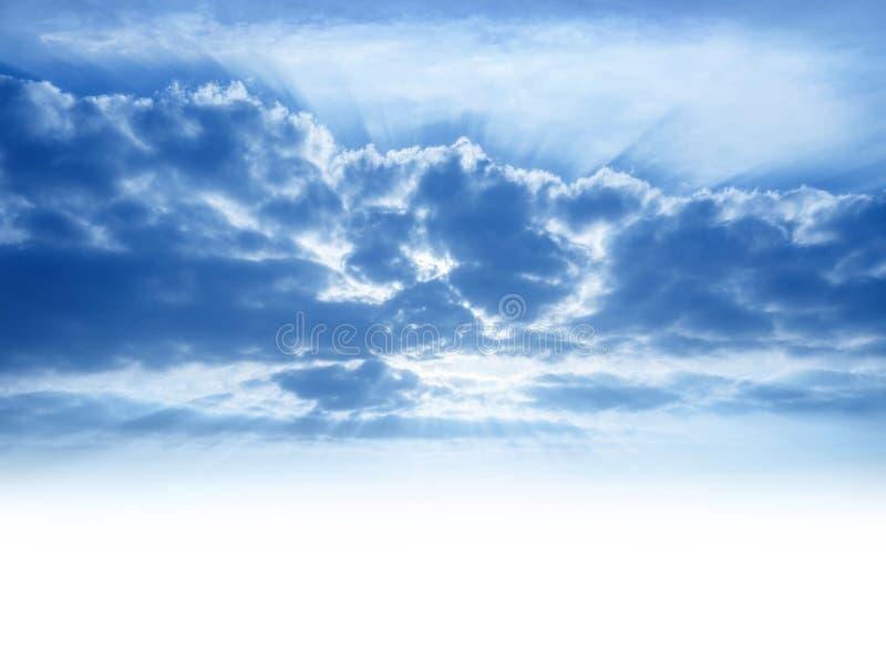Solstrålar till och med cumulonimbusmoln royaltyfri fotografi