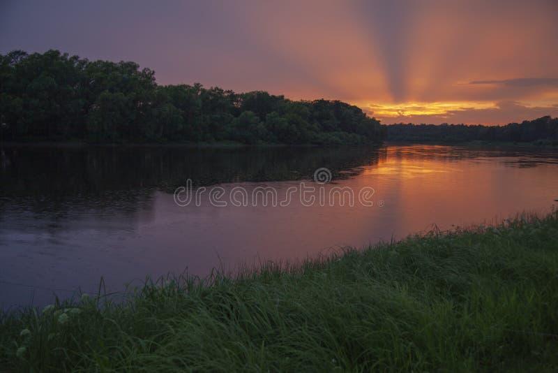 Solstrålar vid solnedgång royaltyfri bild