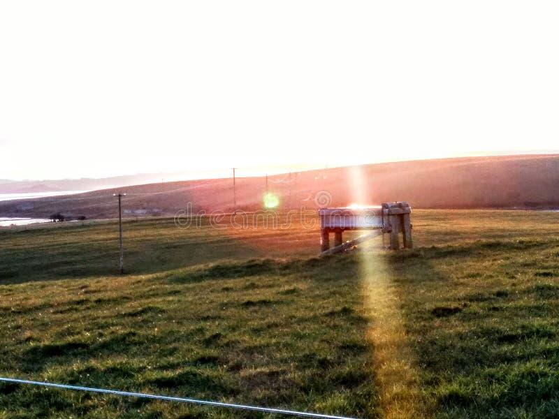 Solstråle över vattenho royaltyfri fotografi
