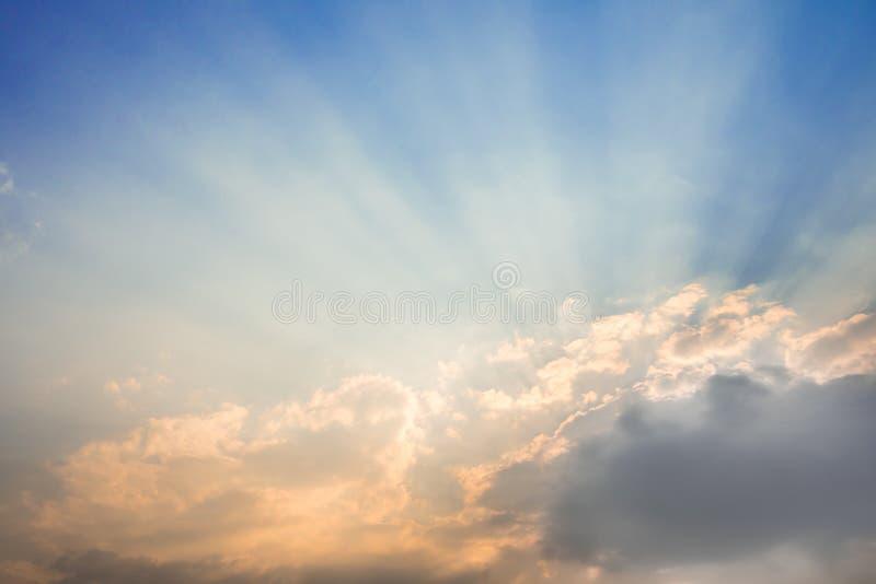 Solstråle av solen bak molnen royaltyfria bilder
