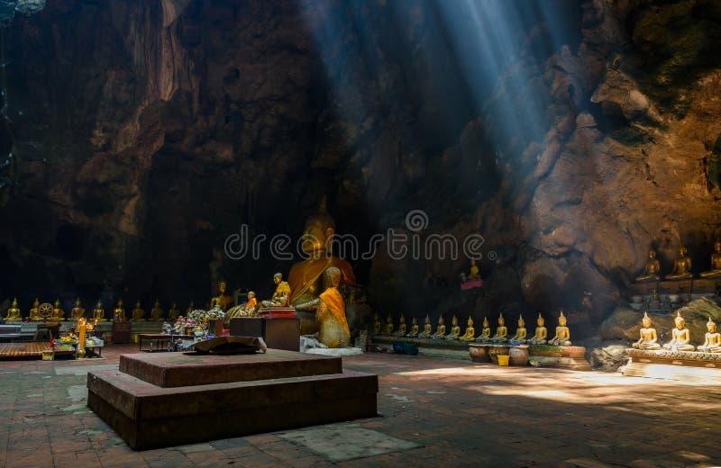Solstråle i den buddha grottan, Tham Khao Luang nära Phetchaburi, Thailan arkivbild