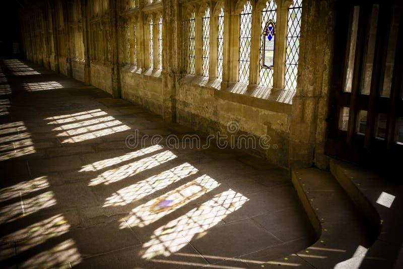 Solströmmar till och med kloster i brunndomkyrka arkivbilder