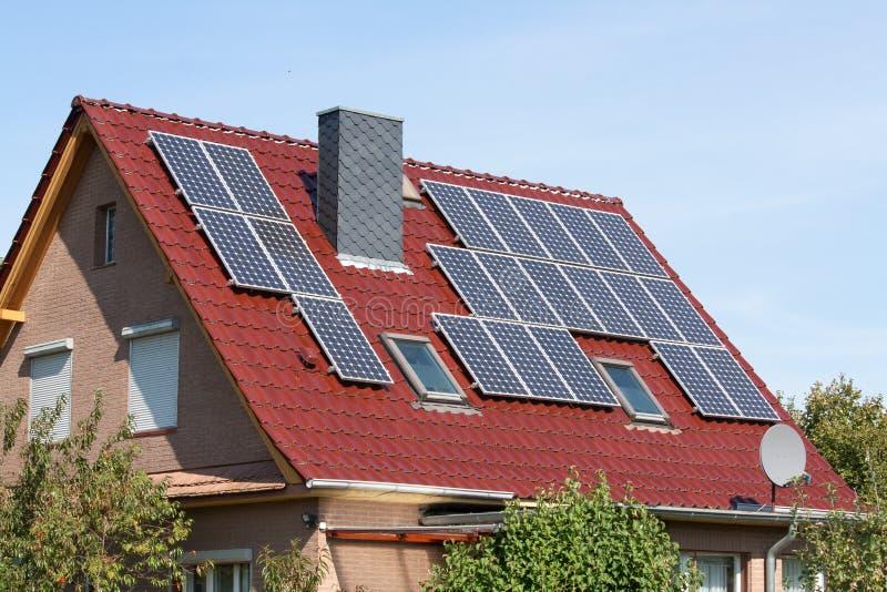 Solsystem på ett tak royaltyfri foto