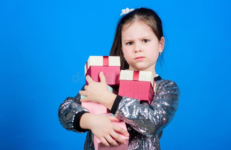 Soltanto per me Lo speciale accade ogni giorno Ragazza con il fondo blu dei contenitori di regalo Annerisca venerd? Giorno di acq immagini stock