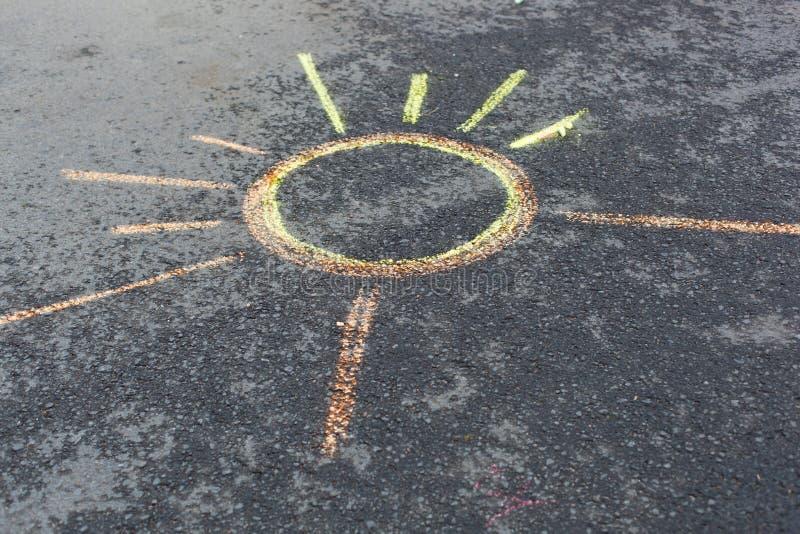 Solteckning på asfalt royaltyfria foton