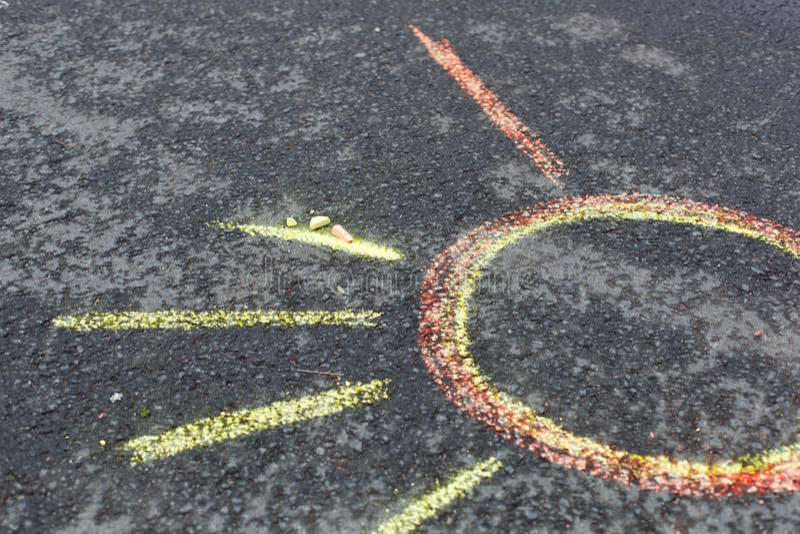 Solteckning på asfalt fotografering för bildbyråer