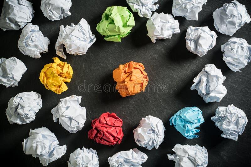 Soluções diferentes de simbolização de papel amarrotadas com alguma posição para fora imagens de stock