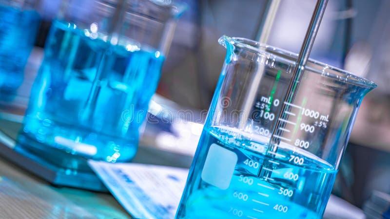 Solución azul del experimento en laboratorio de ciencia fotos de archivo