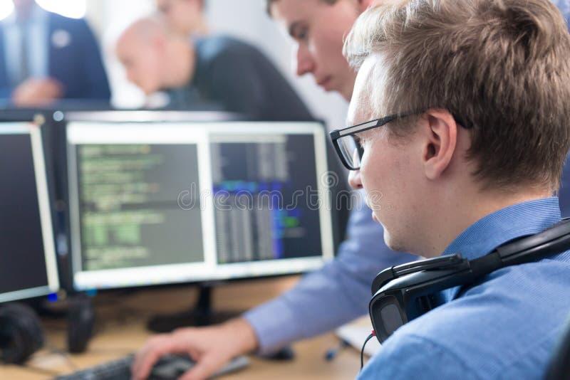 Solución de problemas de lanzamiento de negocio Desarrolladores de software que trabajan en el equipo de escritorio fotos de archivo