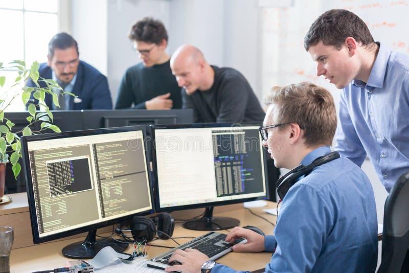 Solución de problemas de lanzamiento de negocio Desarrolladores de software que trabajan en el equipo de escritorio fotografía de archivo libre de regalías
