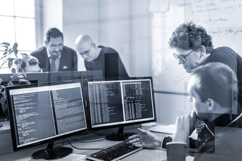 Solución de problemas de lanzamiento de negocio Desarrolladores de software que trabajan en el equipo de escritorio imagen de archivo
