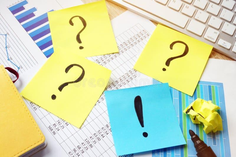 Solución de problemas Signos de interrogación y marca de exclamación en los palillos fotos de archivo