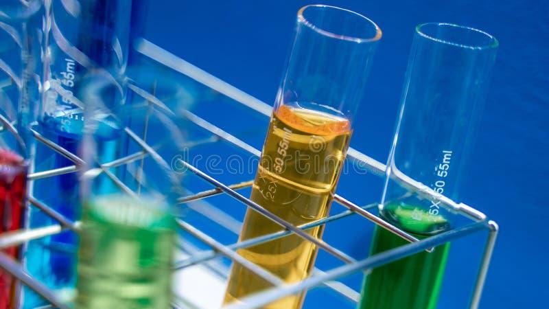 Solución del color en la botella de cristal fotos de archivo libres de regalías