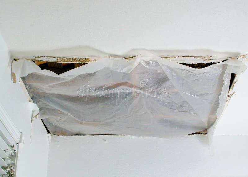 Solución rápida del panel de techo derrumbado, primer imagen de archivo