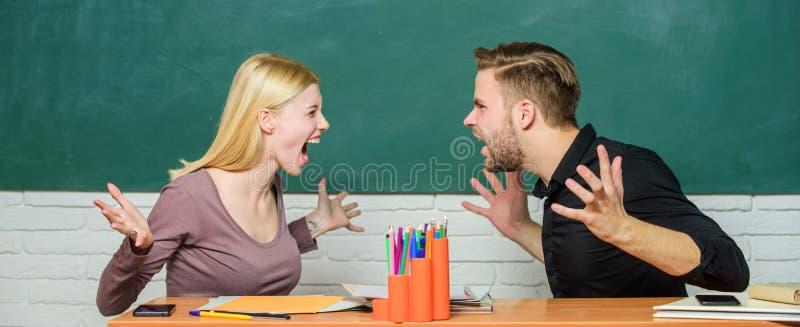 Soluci?n de compromiso Relaciones de la universidad Compa?eros de clase de las relaciones Los estudiantes comunican el fondo de l foto de archivo