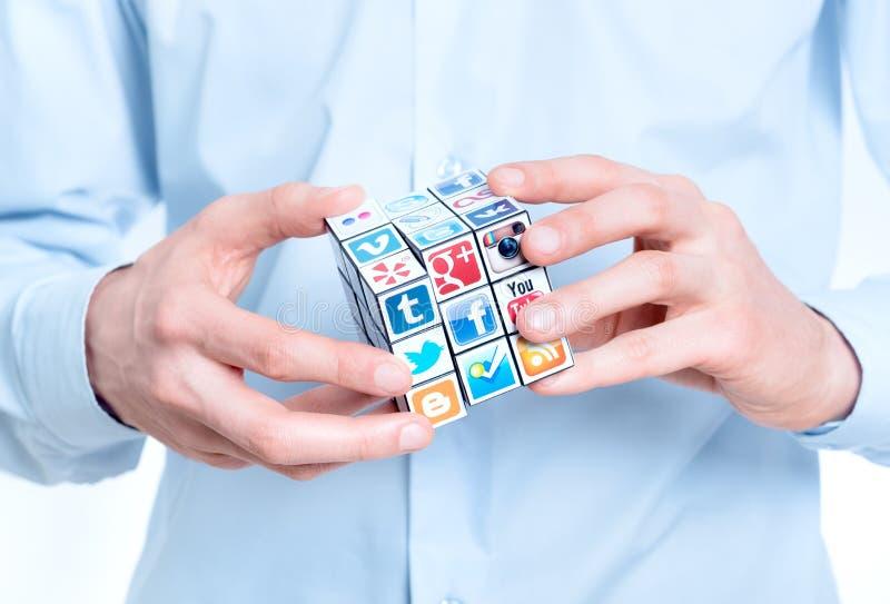Solucionar un rompecabezas de los media imagen de archivo libre de regalías