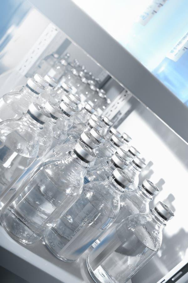 Soluciones médicas en botellas imagenes de archivo