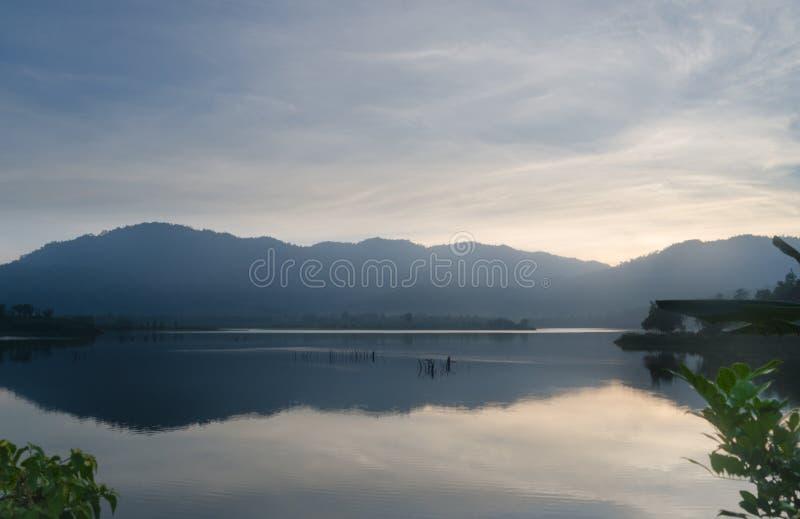 Soluppgångögonblick på en sjö arkivfoto