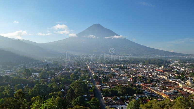 Soluppgång över Antiguastaden, Guatemala royaltyfria bilder