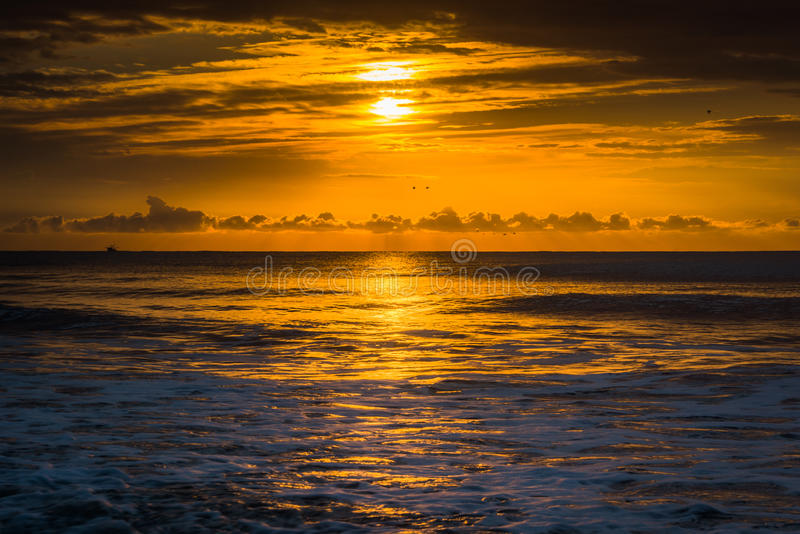 Soluppgång över Atlanticet Ocean i galenskapstranden, South Carolina fotografering för bildbyråer