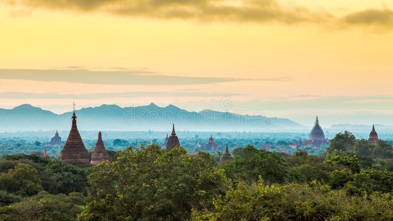 Soluppgång över Bagan tempel, Myanmar fotografering för bildbyråer