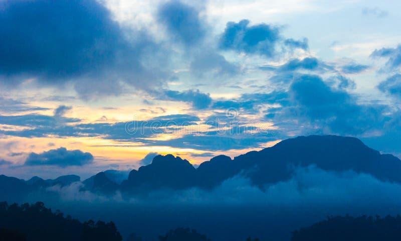 Soluppgång över bergen moln och dimma fotografering för bildbyråer