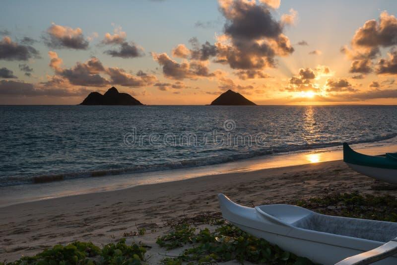 Soluppgång över de Mokulua öarna från den Lanikai stranden arkivfoton