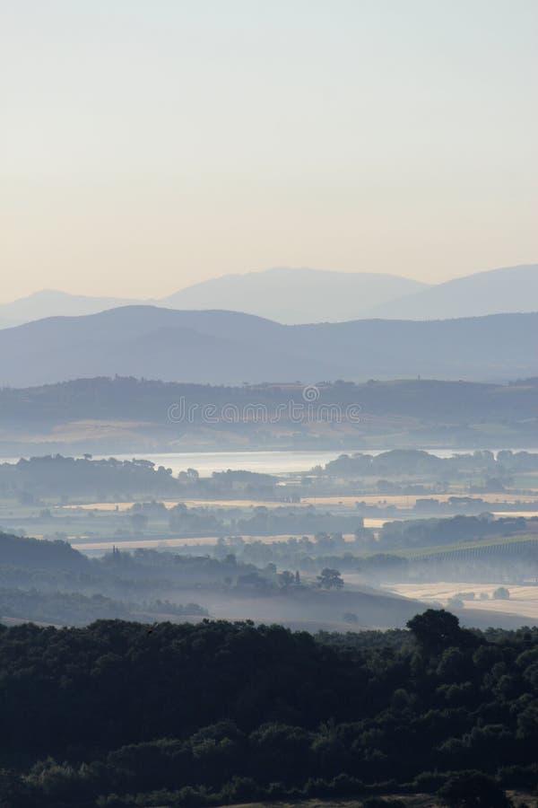 Soluppgång över de Tuscan kullarna royaltyfri foto
