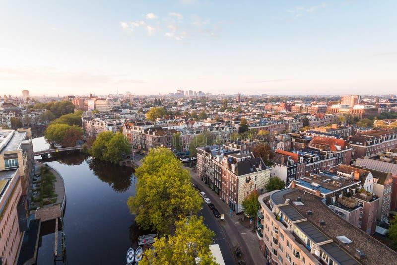 Soluppgång över den Amsterdam kanalen royaltyfria bilder