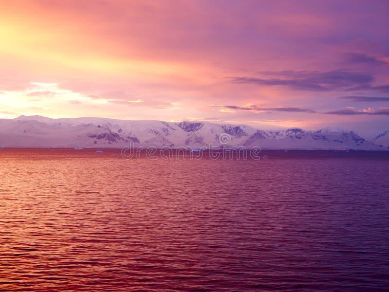 Soluppgång över den Brabant ön, Gerlache kanal, Antarktis royaltyfria bilder