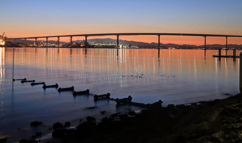 Soluppgång över den Coronado bron i San Diego, Kalifornien arkivfoton
