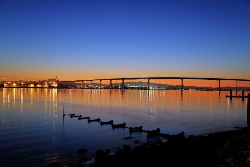 Soluppgång över den Coronado bron i San Diego, Kalifornien royaltyfria foton