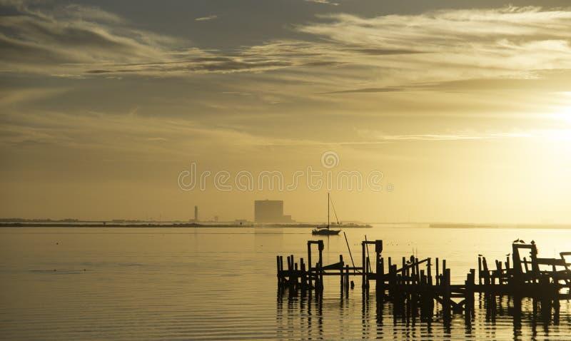 Soluppgång över den indiska floden i Titusville, Florida arkivfoton