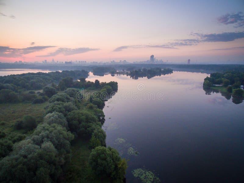 Soluppgång över den Moskva floden royaltyfria bilder