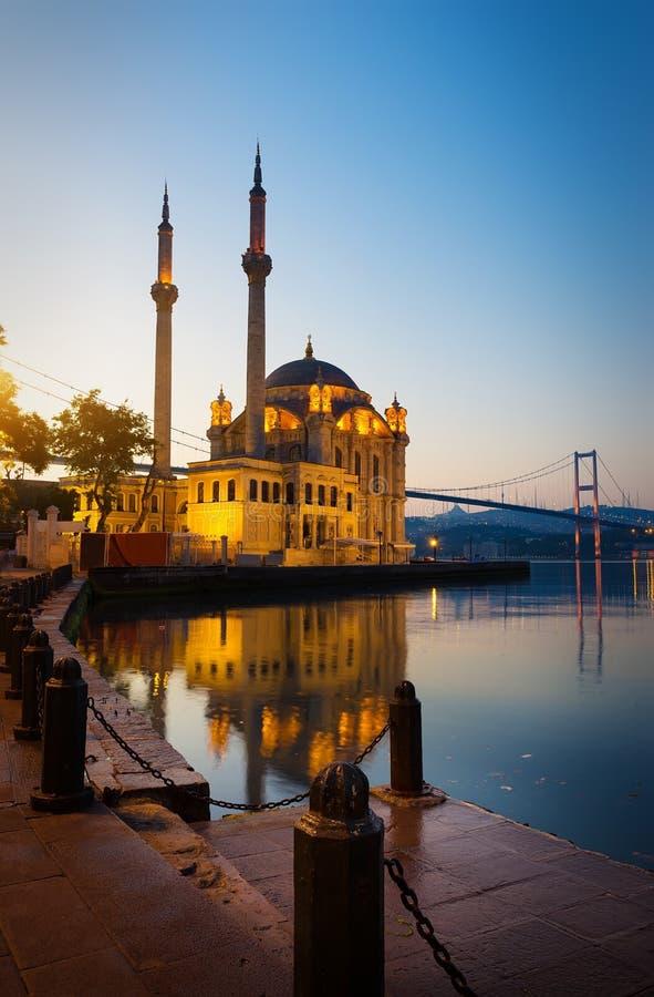 Soluppgång över den Ortakoy moskén arkivfoton