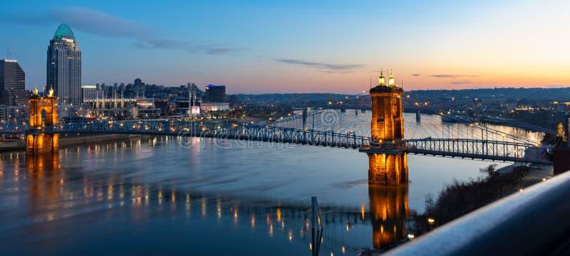 Soluppgång över den Roebling upphängningbron som förbinder Cincinnati, Ohio till nordliga Kentucky arkivfoton