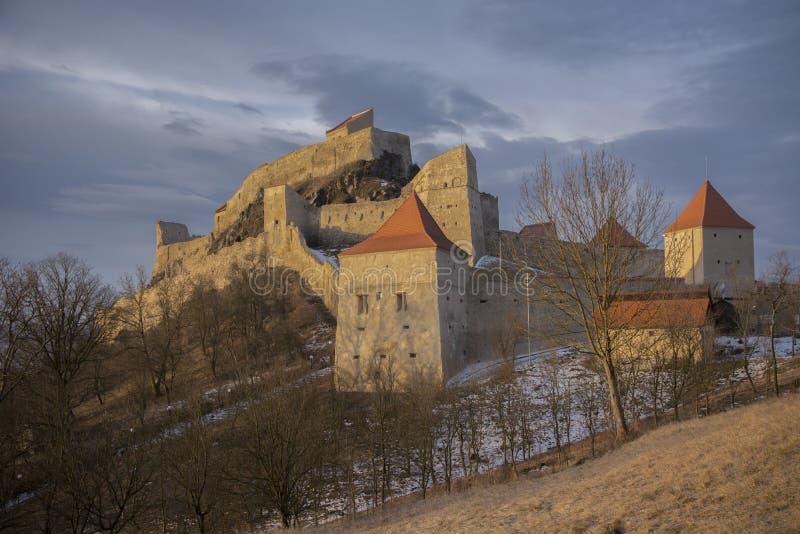 Soluppgång över den Rupea fästningen royaltyfria foton