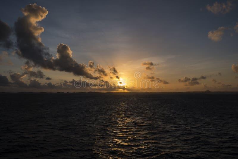 Soluppgång över det karibiska havet #3 arkivfoton